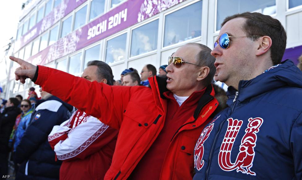Nem volt jó ómen Vlagyimir Putyin az orosz sportolók számára Szocsiban, aki több eseményre is kilátogatott. A férfi négyszer 10 km-es sífutó váltó csak második lett a svédek mögött, a férfi hokicsapat Amerikától kikapott, a szlovákokat pedig csak hosszabbításban tudta legyőzni az elnök személyes jelenlétében. A műkorcsolya csapatnak viszont szerencsét hozott a Dmitrij Medvegyev miniszterelnök társaságában látható Putyin, ők aranyérmesek lettek.