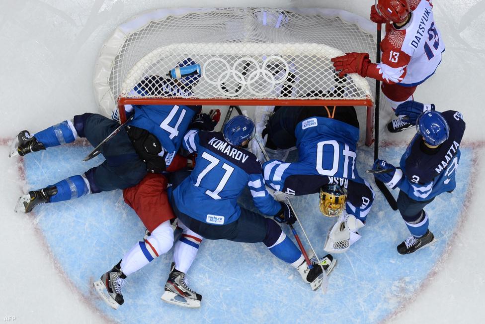 Hatalmas nyomás alatt kellett játszania az orosz hokiválogatottnak, ugyanis csak az aranyérmet tartotta hazai közönség elfogadhatónak tőlük. A nagy elvárások alatt játszó csapat rémálma vált valóra, amikor Finnországtól 3-1-re kikapott a negyeddöntőben, így továbbra is 2002-ben nyert bronz az utolsó olimpiai érmük.