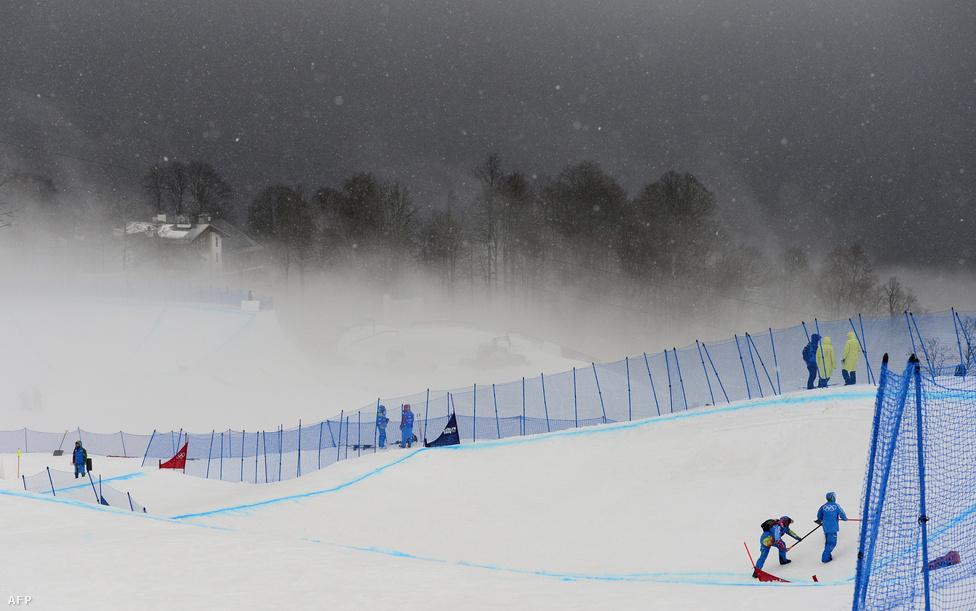 Az alpesi sízőket a hó minősége bosszantotta, a sí- és snowboardkrossz pályát viszont az időjárási körülmények miatt nem lehetett időnként használni. A Roza Hutor extrém parkban hol köd, hol pedig az erős szél által felkapott szálló hó miatt kellett halasztani.