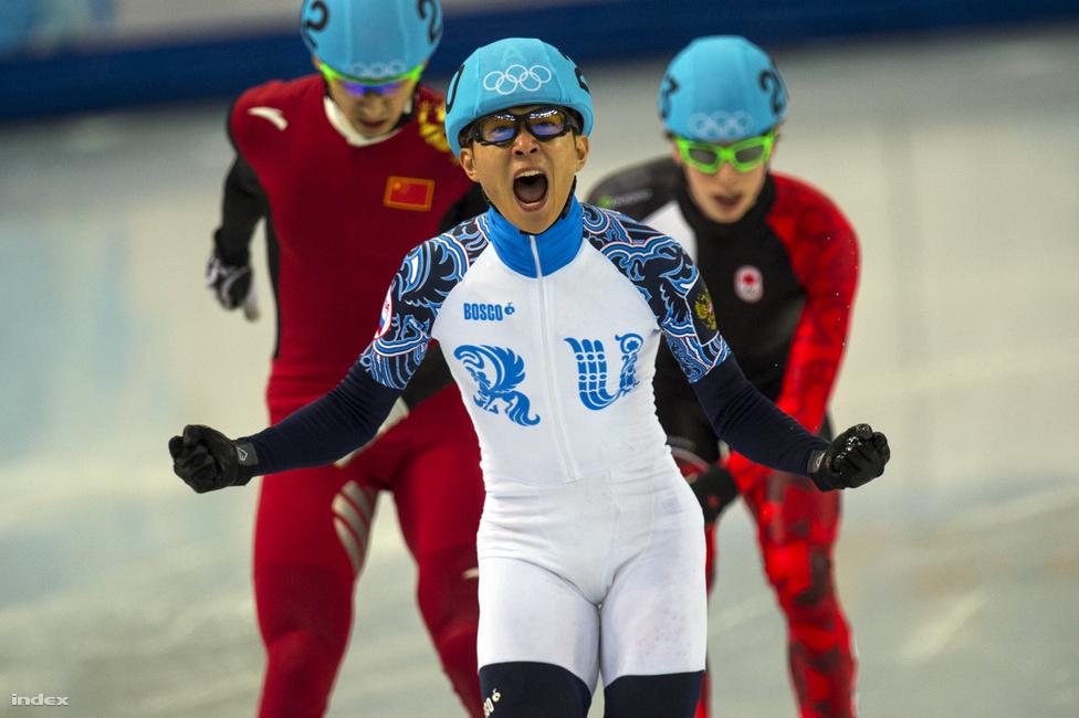 Az oroszoknak bejött a honosítás, hiszen öt aranyukat is két olyan sportoló nyerte, akik négy éve még más ország állampolgárai voltak. A snowboardos Vic Vajld amerikaiból lett kétszeres olimpiai bajnok orosz, a rövidpályás gyorskorcsolyázó Viktor Ahn pedig Dél-Koreát hagyta el értük. Ő Szocsiban nyert három aranyérmével már hatszoros olimpiai bajnoknak mondhatja magát.