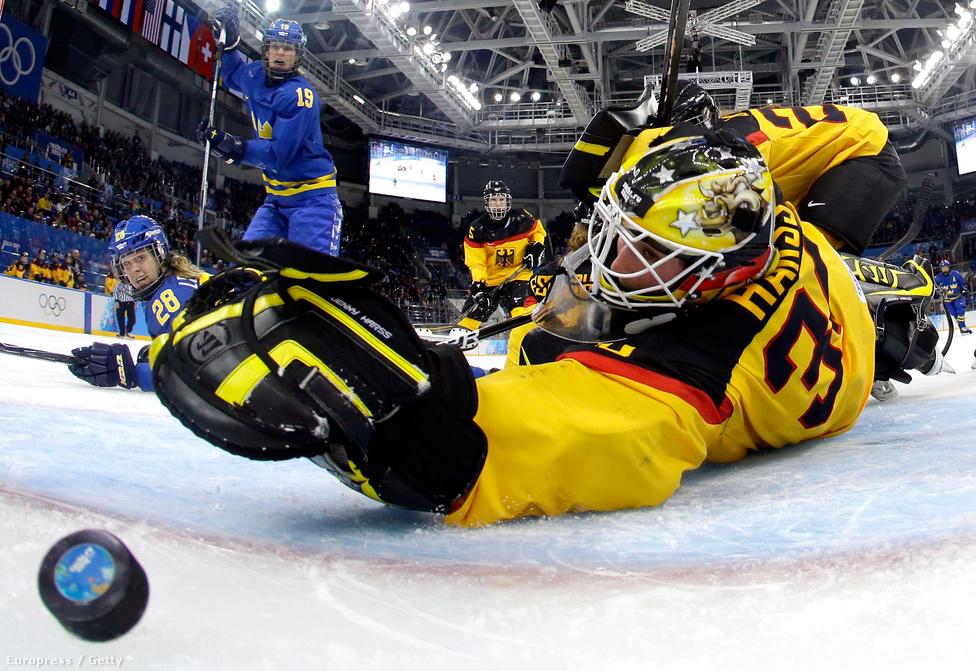 A női jégkorongtorna legtöbb meccsét a Kis Jégarénában rendezték, a Bolsojba csak a bronzmérkőzés és a döntő került. Itt épp a svéd Michelle Löwenhielm szerzi csapata harmadik gólját Németország ellen a csoportkörben. Svédország végül negyedik lett, döntőben Kanada nyert az Egyesült Államok ellen hosszabbításban.