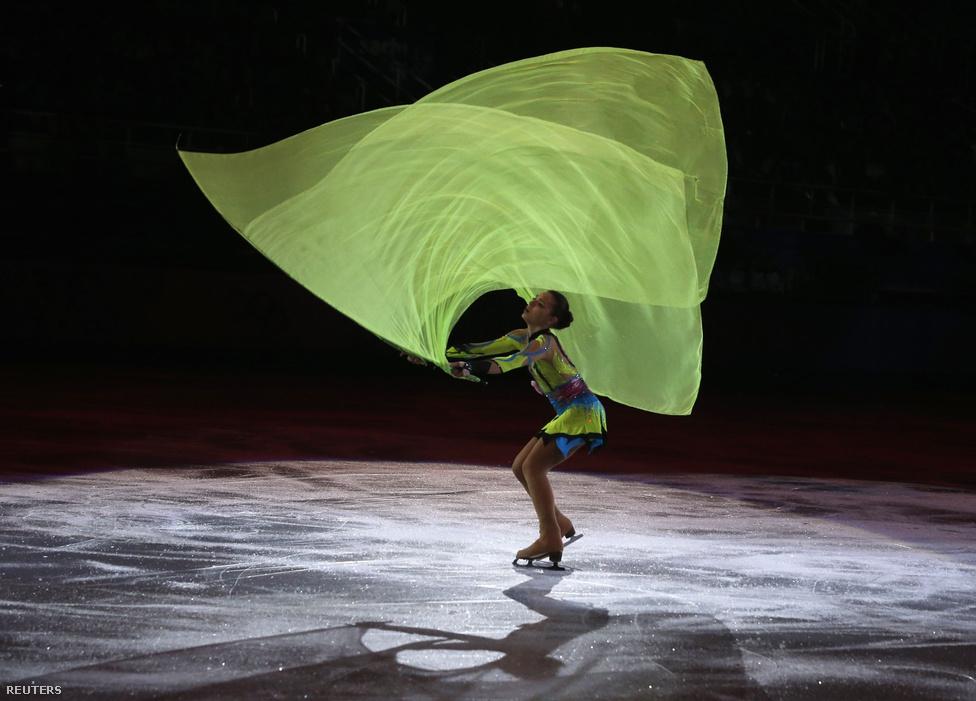 A műkorcsolya gálán is elkápráztatta a közönséget a 17 éves Agyelina Szotnyikov, akinek győzelme körül kisebb botrány alakult ki. A női egyesben olimpiai bajnok orosz a dél-koreaiak szerint csalással nyerte az aranyat, mert a pontozóbírók felpontozták, ráadásul a győztes kűrje után percekkel az egyik orosz pontozóval ölelkezett.