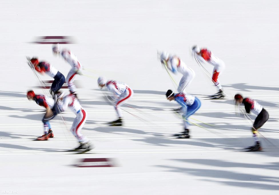 A rendkívül kedvező időjárás miatt időnként nem téli, hanem tavaszi olimpiának tűnt a Szocsiban zajló sportesemény. Volt, hogy a sífutók rövidnadrágban és ujjatlanban indultak, ám a vasárnapi, 50 km-es férfi versenyre hidegebb lett. Itt az oroszok taroltak: az aranyat, az ezüstöt és a bronzot is ők nyerték, amivel bebiztosították helyüket az éremtábla első helyén. Összesen 33 érmet szereztek, köztük 13 aranyat.