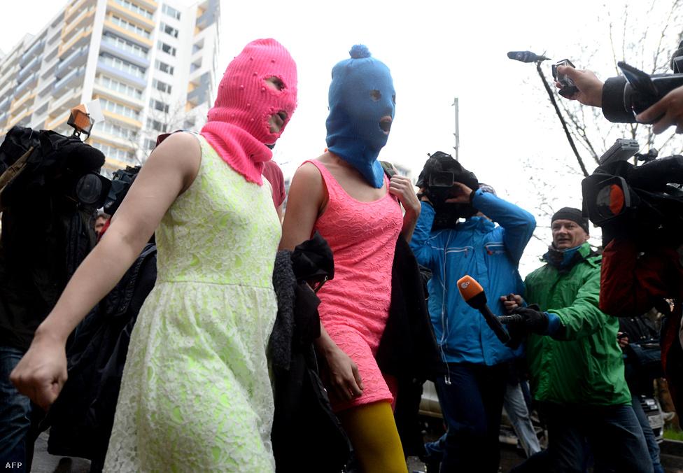 Az orosz melegellenes törvények elleni tiltakozások elmaradtak Szocsiban, a Pussy Riot azonban tiszteletét tette. A punkbanda két tagját Adlerben tartóztatták le szállodai lopás miatt. Végül egy videóklipet is készítettek az olimpia helyszínén, melybe az is bekerült, ahogy kozák rendőrök megkorbácsolták őket.