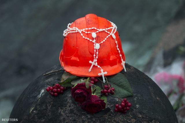 Munkavédelmi sisak egy kijevi emlékhelyen, ahol a téren elhunyt tüntetőkre emlékeznek, vasárnap délután