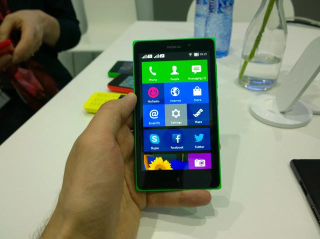 A kezelőfelület nagyon hasonlít a Windows Phone-ra. Néhány ikont nagyobb méretben is meg lehet jeleníteni.