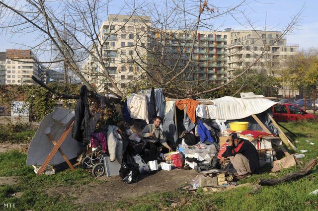 Hajléktalanok egy beépítetlen telken a VIII. kerületi Bókay János utcában a Corvin sétány átépítésének 2. ütemében átadott új közterület és épületegyüttes közelében a Józsefvárosban 2013. október 29-én.