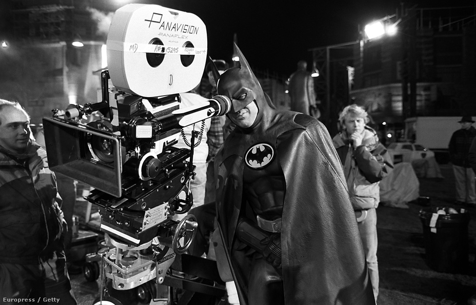 Michael Keaton Batman-jelmezben az 1989-es Tim Burton film forgatásán. Keaton annak idején legalább akkora gyűlölethullámot generált, mint mostanában Affleck castingja. Hiába: a közönség végül jól fogadta Tim Burton garbós-szemüveges Batmanjét, és beindult a képregényfilmek reneszánsza is.