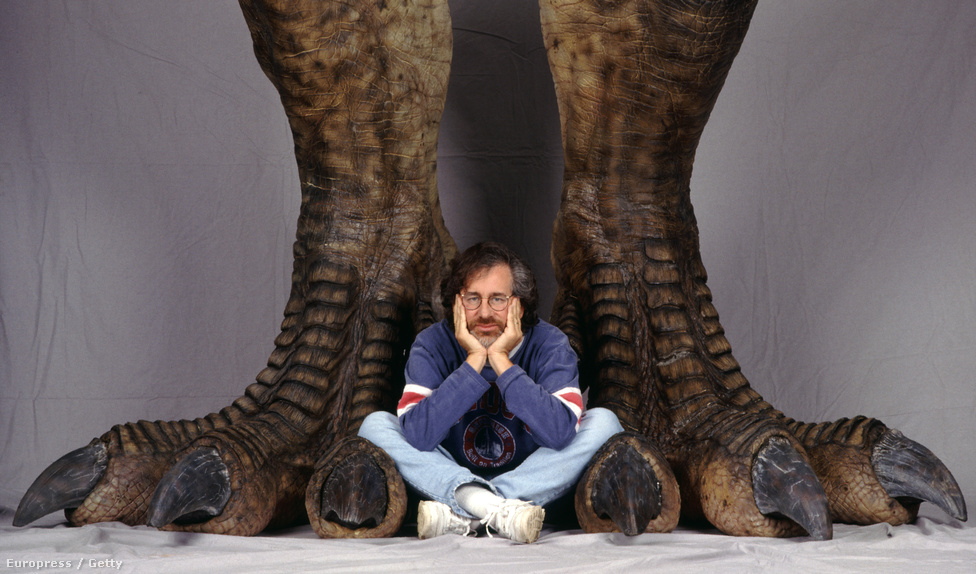 De a standfotózás nemcsak a forgatási jelenetek megörökítéséből áll. Ezen a csodálatos képen Steven Spielberg rendező üldögél egy hatalmas dinoszaurusz lábánál. A Jurassic Parkért nem jelölték, de a Schindler listájáért és a Ryan közlegény megmentéséért Oscar-díjat kapott a rendező.