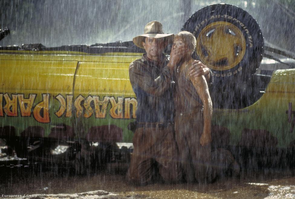 Sam Neill és Ariana Richards a Jurassic Park forgatásán bujkálnak a T-Rex elől. 1993-ban. A dinoszauruszok visszatéréséről szóló film  óriási siker volt: három Oscar-díjat nyert, két folytatása készült, és most tervezik a negyedik részt hozzá.