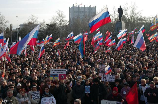 Vasárnap orosz zászlókkal tüntettek Szevasztopolban