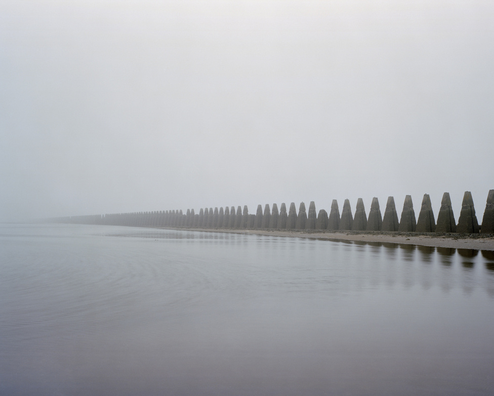 Cramond Island, Firth of Forth, Skócia                         Az idegenek által épített monolitsornak tűnő védmű valójában egy tengeralattjárók ellen épített akadály, ami eredetileg nemcsak tüskékből állt, de hatalmas betonlapok is voltak a foghíjak között.