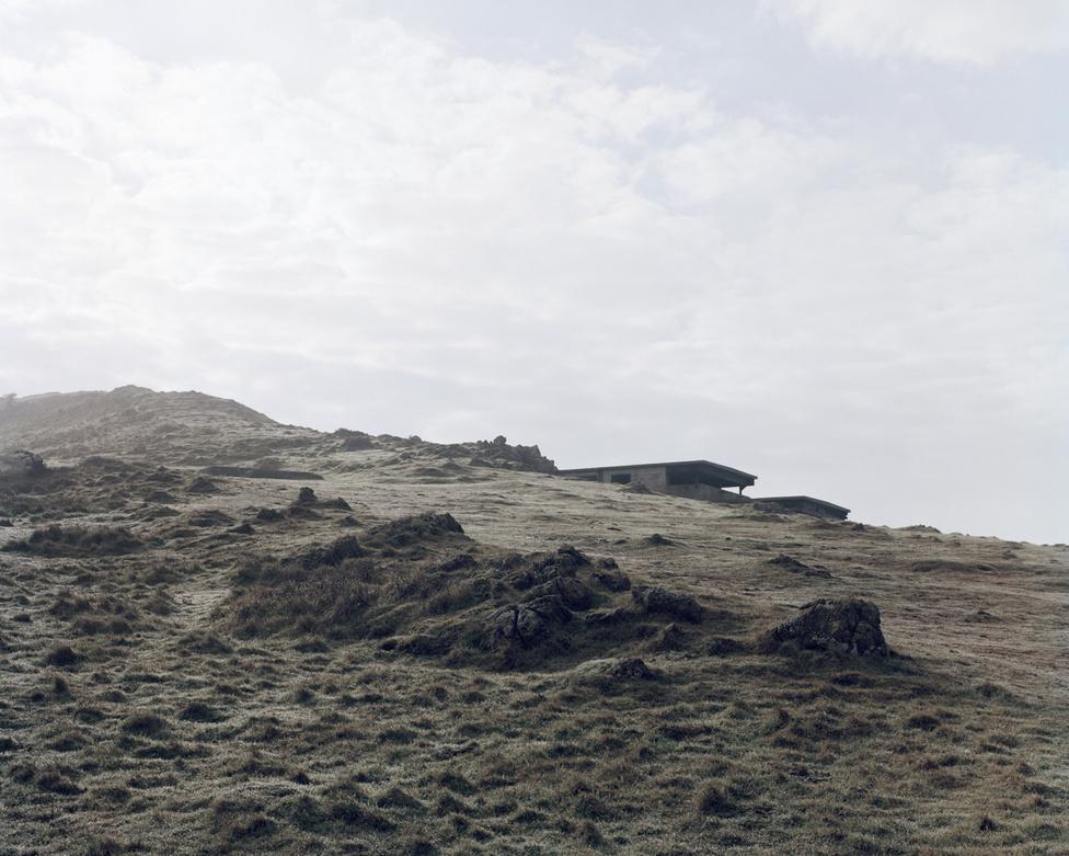 Brean Down II, Somerset, England                         A délnyugat-angliai erődítmény helyén már a római időkben is állt helyőrség, aztán 1871 és 1901 között ágyúkkal megerősített üteg vigyázta a környék vízeit. Érdekesség, hogy a bázis nem azért zárt be, mert nem volt dolga, hanem mert (a pletykák szerint) egy büntetésből őrségbe beosztott katona szándékosan felrobbantotta az egyik lövegtornyot. 1907 és 1936 között kávézó üzemelt a helyreállított bázison, aztán a második világháborúban ismét a fegyvereké volt a főszerep. Két darab, korábban hajóágyúként szolgált, 15 centiméteres löveget helyeztek el itt, de különböző kísérleti fegyvereket is kipróbáltak, például a gátak elpusztítására tervezett ugráló bombákat.