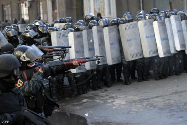 Rohamrendőrök Kijev központjában, 2014. február 18-án.