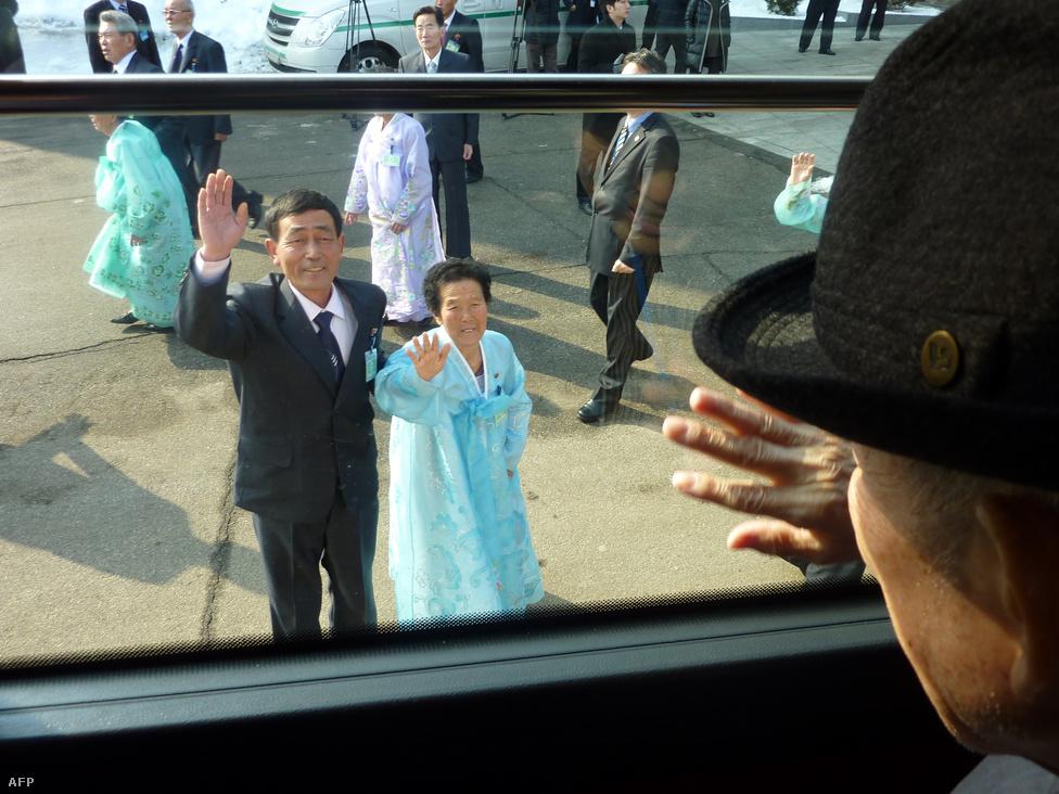 Kim integet a busz ablakából hatvan éve                          látott nővérének, és unokaöccsének. Február elején jelentették be, hogy február                          20-25. között újabb családegyesítési fordulót                          tartanak.