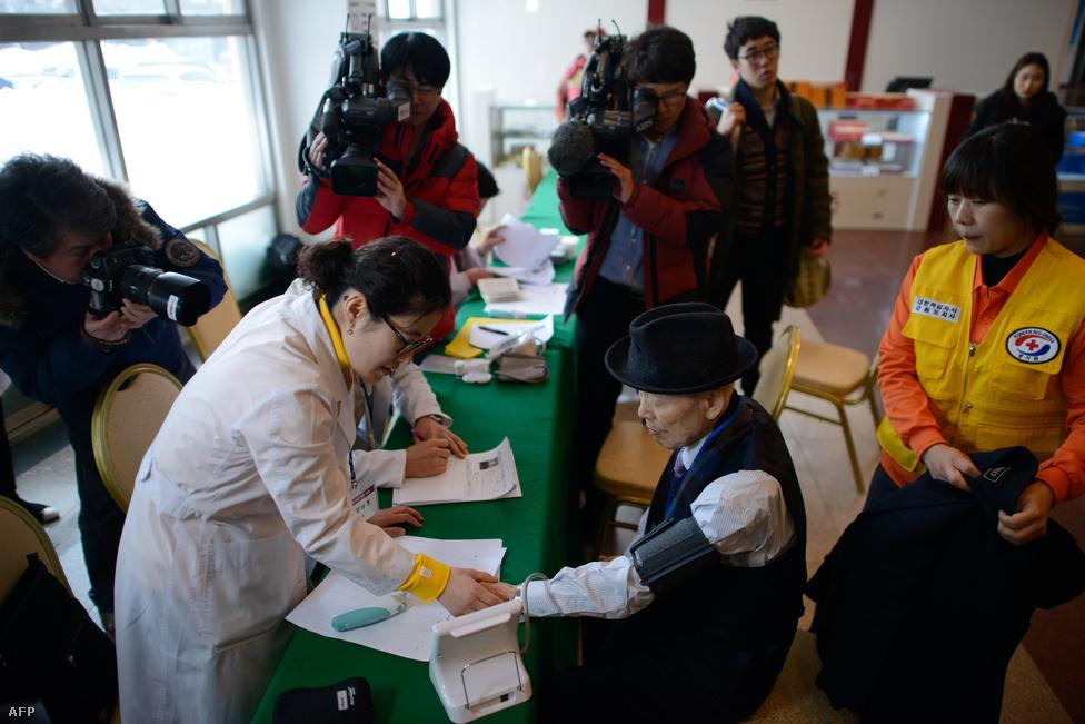 Az idős dél-koreaiak orvosi vizsgálaton is                          átestek a találkozó előtt a gyülekezési                          pontként kijelölt hotelben. Legutóbb 2010-ben terveztek hasonló családegyesítést, de a vitatott tengeri határvonal mentén található egyik déli sziget elleni északi tüzérségi támadás után felfüggesztették a kezdeményezést.