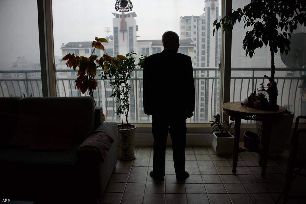 Kim gondolataiba mélyedve figyeli a várost                          szöuli lakása ablakából. A háború után                          kettévágott félszigeten több millió koreai                          szakadt el rokonaitól, a két ország                          állampolgárai ugyanis hivatalosan nem                          érintkezhetnek egymással.
