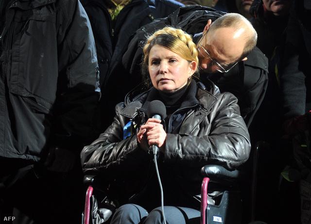 Julija Timosenko és Arszenyij Jacenyuk, a Batykivscsina egyik vezetője a Majdan téren, 2014. február 22-én.