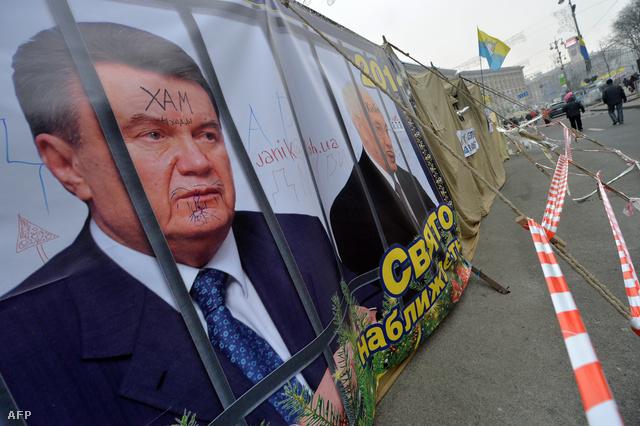 Viktor Janukovics arcékpe a tűntetők plakátjain Kijevben