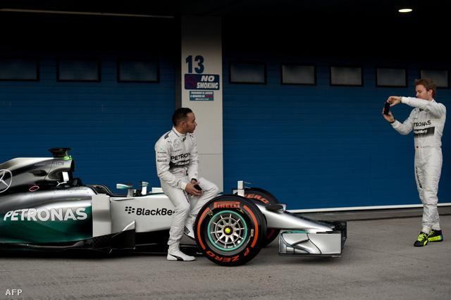 Hamilton és Rosberg a turbómotoros Mercedes W05-tel