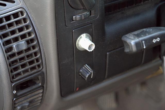 A Junoszty TV tekerőgombja és az alatta lévő másik kombinációja a rablásgátló egyben