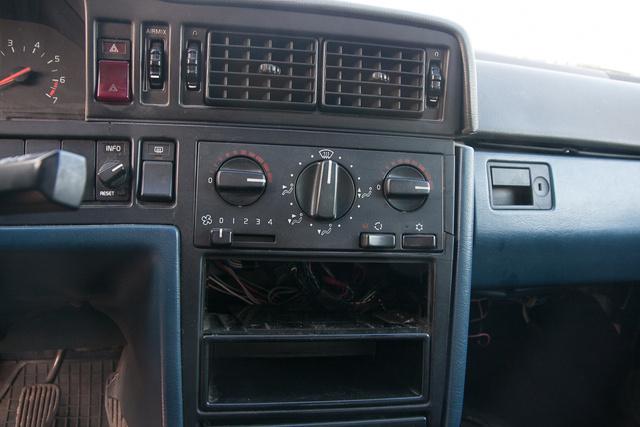 Facsavarok, repedések mindenhol. A rádió hiányzik. Igazán Lelakott Autó, részlet