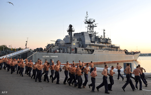 Orosz matrózok reggeli tornája Szevasztopol hadikikötőjében
