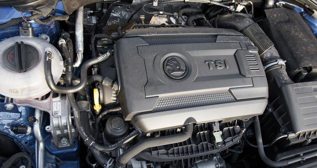 220 ló, két liter, benzin, turbó, akárcsak a Golf GTI-ben