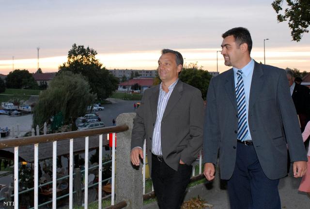 Baja 2006. szeptember 8. Orbán Viktor sétát tesz a Sugovica partján lévő Halász sétányon Révfy Zoltán bajai polgármesterjelölttel.
