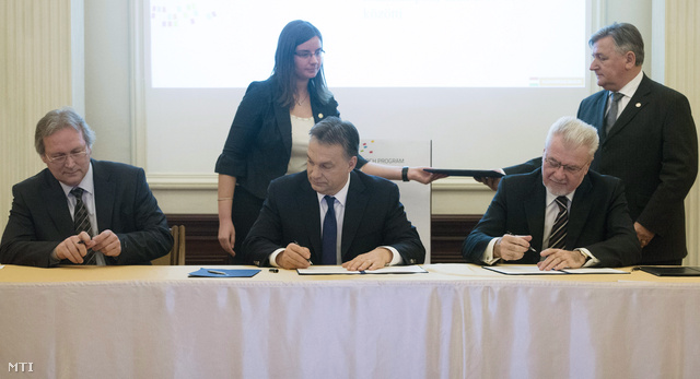 Orbán Viktor, Freund Tamás és Pálinkás József aláírja a Nemzeti Agykutatási Programról szóló együttműködési megállapodást 2014. február 26-án.