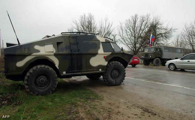 Orosz péncélos szállító járművek Szimferopol közelében. Washington szerint nagy hiba lenne Moszkva katonai beavatkozása Ukrajnában.
