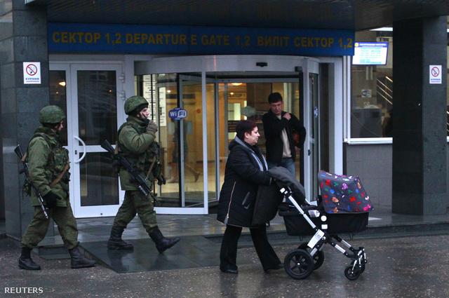 Péntek reggel fegyveresek jelentek meg a szimferopoli reptérnél is, de később elmentek.