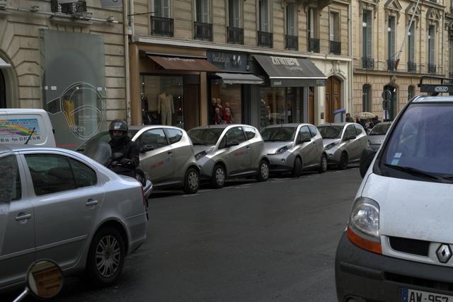 Láthatóan használatban lévő, villany-bérautók az egyedüli, Európai DS-Shop előtt