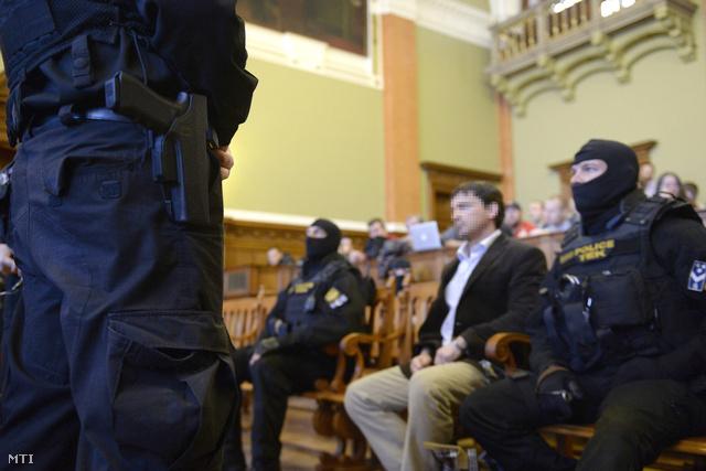 Portik Tamás (középen) a Fővárosi Törvényszék tárgyalótermében 2014. február 10-én.