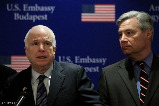 John McCain (b) Sheldon Whitehouse szenátorral január végi budapesti látogatásán