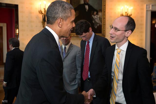 Barack Obama és Árvai Péter a Prezi társalapító-vezérigazgatója kezet fog a washingtoni elnöki rezidencia Kék szobájában 2014. február 28-án.