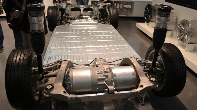 A Model S padlóba rejtett akkumulátorcsomagja