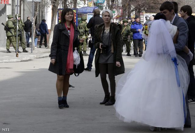 Esküvőt tartanak Szimferopolban 2014. március elsején.