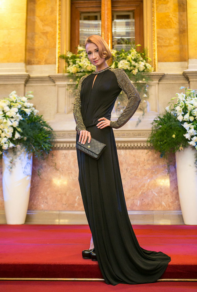 Polina Szemjonova balett-táncosnő egy Roberto Cavalli-ruhában