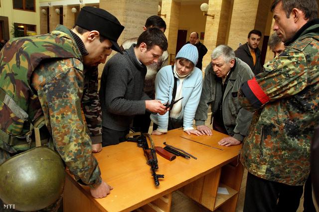 AK-47-es gépkarabély részleges szétszerelését gyakorolják önkéntesek a kárpátaljai megyei tanács épületében Ungváron 2014. március 2-án. Közel hatszáz önkéntes jelentkezett katonai szolgálatra vasárnap Kárpátalján miután a megyei hadkiegészítő parancsnokság és a Jobboldali Szektor is bejelentette hogy várja azokat akik készek Ukrajna megvédésre a külső agresszióval szemben. Általános mozgósítást nem terveznek Kárpátalján a hadsereg csak önkéntesek jelentkezését várja.
