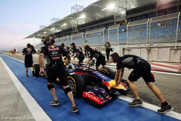 Vettel autóját tolják vissza a depóban