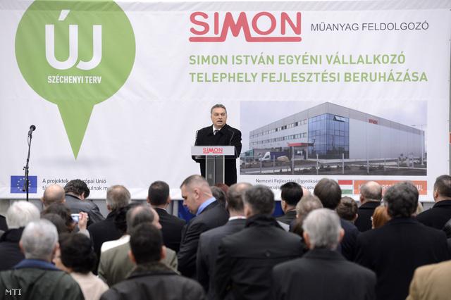Orbán Viktor miniszterelnök beszédet mond az üzemcsarnok avatásán Kőszárhegyen 2014. március 3-án.