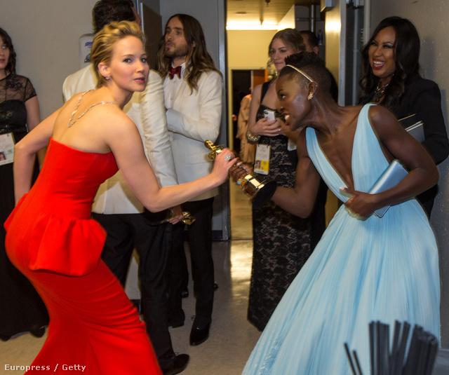 Jennifer Lawrence (tavalyi Oscar-nyertes) el akarja venni Lupita Nyong'o díját (nem)
