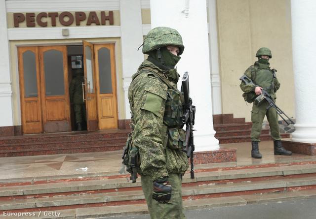A február végén, a Krím félsziget repülőterein megjelent, azonosító nélküli katonák