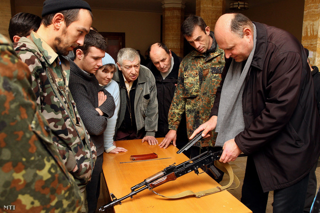 AK-74-es gépkarabély részleges szétszerelését gyakorolják önkéntesek a kárpátaljai megyei tanács épületében Ungváron 2014. március 2-án.