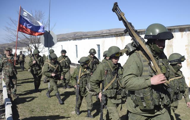 Orosz katonák elfoglalnak egy katonai bázistPerevalnoje közelében.