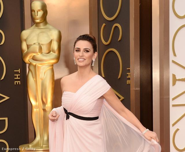Penélope Cruz most az Oscarra jött vagy tógapartira ebben a Giambattista Valli Haute Couture ruhában?