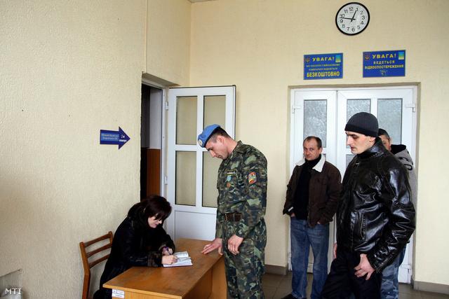 Önkéntesek katonai szolgálatra jelentkeznek a Kárpátaljai megyei hadkiegészítő parancsnokságon Ungváron