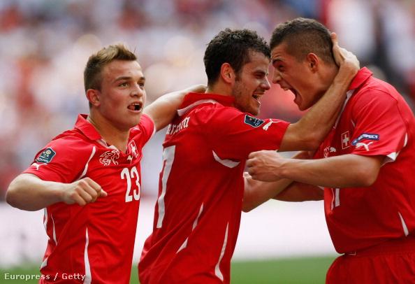 A Barnettával (j) együtt örülő Xhaka és Shaqiri is koszovói származású a svájci válogatottban, akár csak Behrami