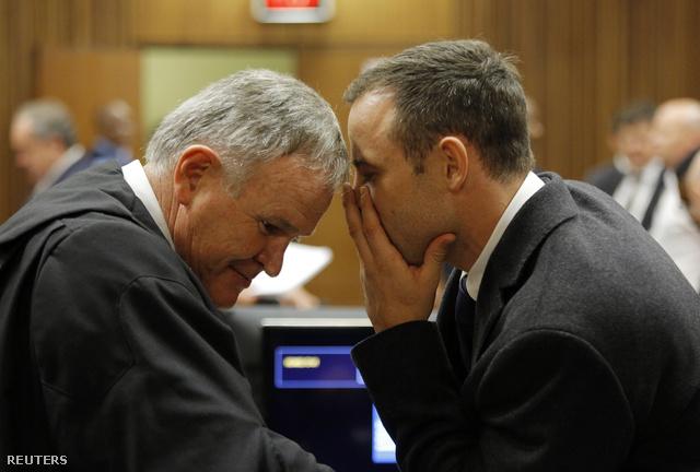 Barry Roux és Oscar Pistorius a tárgyaláson